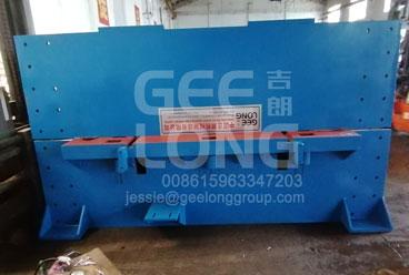 GeeLong mengekspor 2 kontainer untuk lini produksi kayu lapis termasuk mesin press dingin kayu lapis dengan pengumpan rantai, mesin penyebar lem, gergaji pemoto